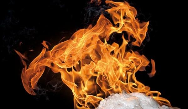 메탄하이드레이트는 고압·저온으로 형성된 메탄의 수화물로, 차가운 얼음이지만 불에 타는 연소성을 지녔다. - Geir Mogen, NTNU 제공