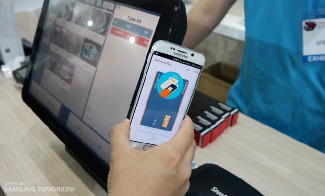 삼성이 개발한 '삼성페이'. 대부분의 소매점에서 이용하고 있는 자기장식 카드결재기를 그대로 이용할 수 있다. - 삼성투모로우 제공