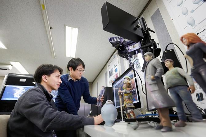 연구진이 3D 모델의 다양한 기능성을 검증, 보정하는 시뮬레이션 도구를 선보이고 있다. - 한국전자통신연구원 제공