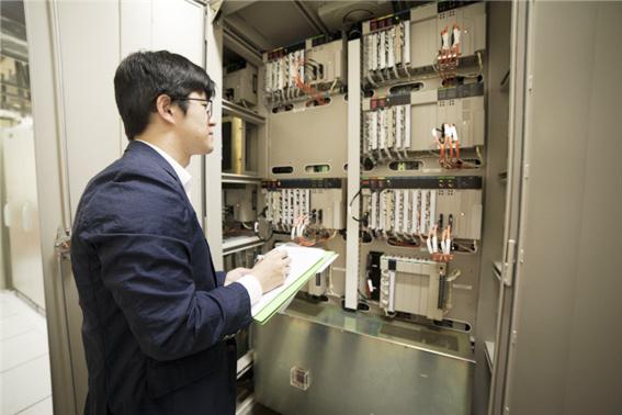 KINAC 검사원의 현장 확인 장면 - 한국원자력통제기술원 제공
