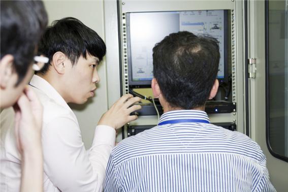관련 장비를 검사하고 있는 KINAC 사이버보안 검사원들 - 한국원자력통제기술원 제공