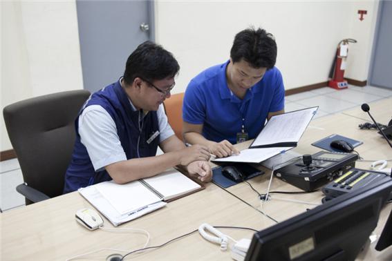 한수원 관계자와 함께 검사 항목을 점검하고 있는 KINAC 검사원 - 한국원자력통제기술원 제공