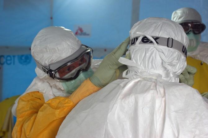 의료진이 에볼라 치료시설에 들어가기 전 감염 방지 준비를 하고있다. - CDC Global 제공