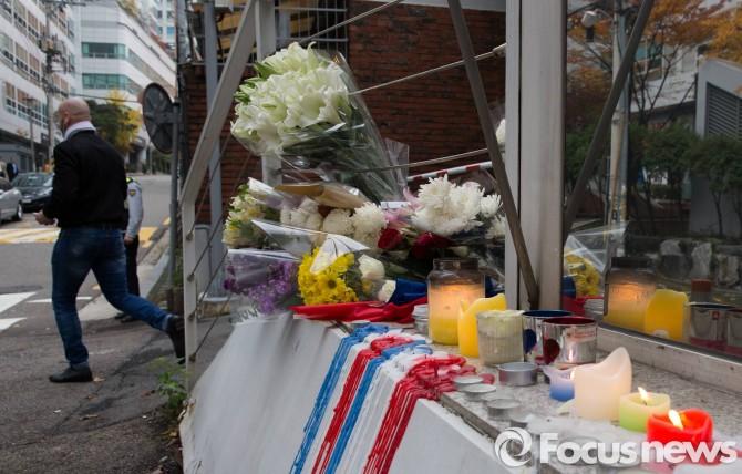 16일 오전 서울 서소문로 주한 프랑스 대사관 에서 파리 테러 희생자를 추모하는 외국인이 추모를 마치고 나서고 있다. - 포커스뉴스 제공