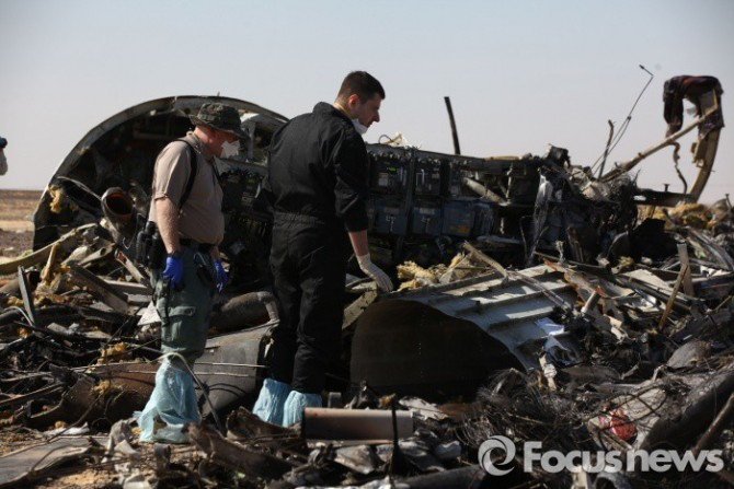 (아리시/이집트=신화/포커스뉴스) 지난 1일(현지시간) 이집트 시나이 반도에서 추락한 러시아 여객기 잔해들을 현지 구조대원들과 국제조사단이 둘러보고 있다. - 2015.11.06 신화/포커스뉴스 photo@focus.kr 제공