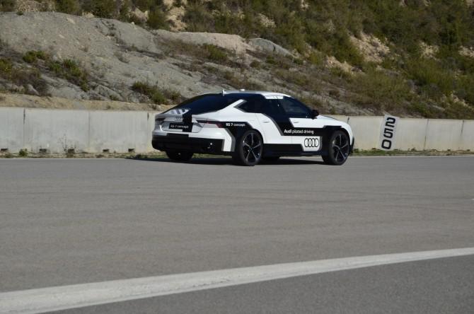 아우디가 개발한 무인자동차 '바비'가 사람을 태우지 않은 채 카스텔로리 레이스트랙을 달리고 있다.  - 카스텔로리=전승민 동아사이언스 기자 enhanced@donga.com 제공