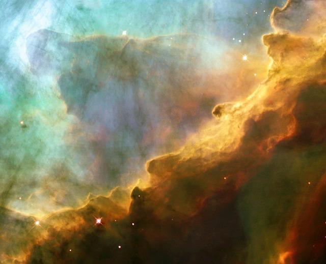 궁수자리에 있는 가스의 바다. 젊 고 무거운 별(왼쪽 위 방향으로 사진 밖)에서 쏟아져 나온 자외 선이 검붉고 차가운 가스구름의 표면을 깎아내고 가열해 파도의 모습을 탄생시킨 것으로 보인다. - pixabay 제공