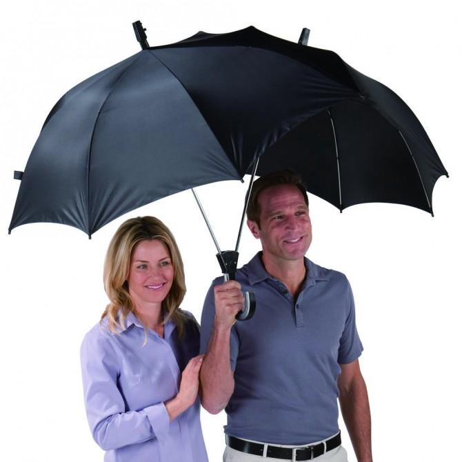 하나, 아니면 둘? 둘이 함께 써도 어깨가 젖지 않는 커플 우산