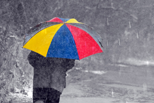 함박눈이 펑펑내리는 날씨, 우산으로 패션 완성!