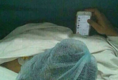 수술 받으면서 스마트폰....'최강의 스마트폰 중독자들'