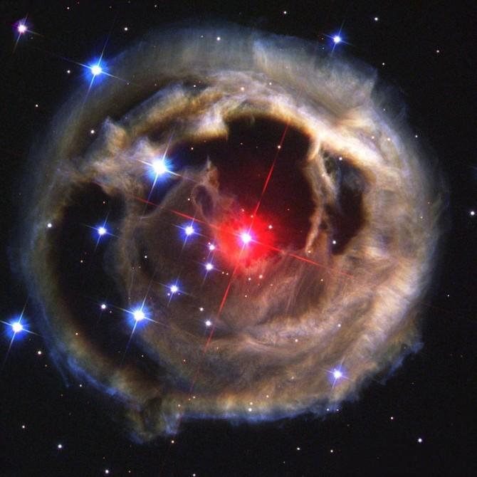 허블우주망원경이 찍은 '우주판' 별이 빛나는 밤. 우리은하 외곽에 있는 별 '외뿔소자리 V838 '의 폭발이 빚어낸 장관이다. - pixabay 제공