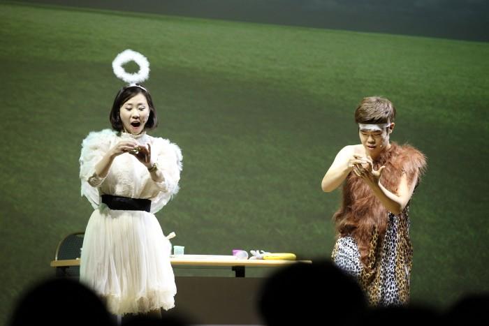 한국과학창의재단이 마련한 19금 과학공연 SNL에서 송영조 연구원(사진 오른쪽)이 자신을 만든 진화요정과 대화를 나누고 있다. - 한국과학창의재단 제공