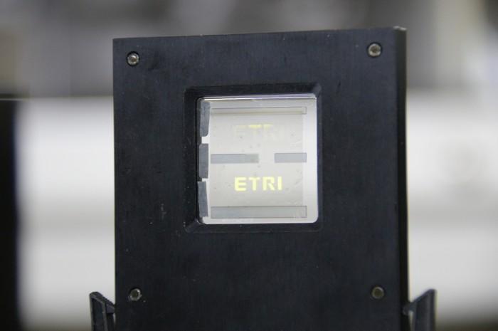 연구진이 그래핀 전극을 이용해 개발한 소형 디스플레이의 모습. - 한국전자통신연구원(ETRI) 제공