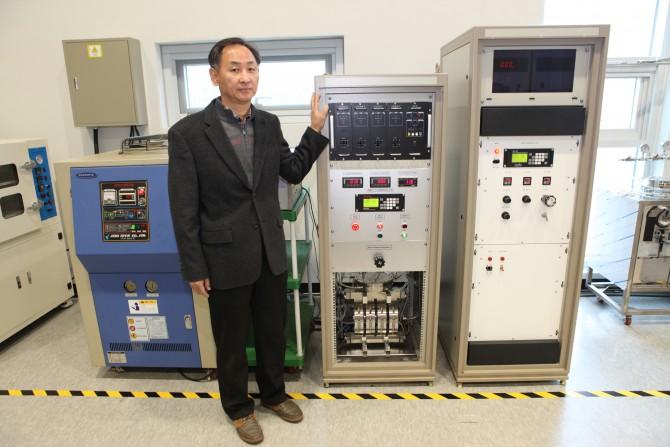 손영수 한국기계연구원 책임연구원과 오존생성시스템.  - 한국기계연구원 제공