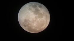38년만에 크리스마스 하늘에 뜬 보름달 '럭키문'