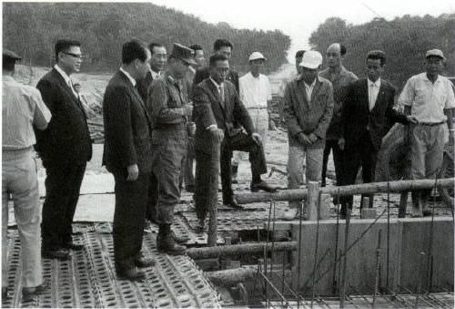 1967년 KIST 건설현장을 방문한 박정희 대통령. - KIST 제공