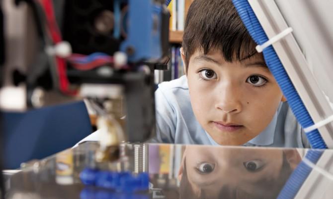 어린이가 3D 프린팅 과정을 지켜보고 있다. 고온으로 재료를 녹이는 3D 프린터는 초미세먼지를 발생시킬 우려가 있어 주의가 필요하다(사진 속 제품은 내용과 관련 없음). - GIB 제공