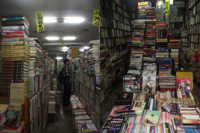 미로 같은 헌책방(왼쪽)과 외국서적, 잡지들도 다양한 책방골목(오른쪽) - 고기은 제공