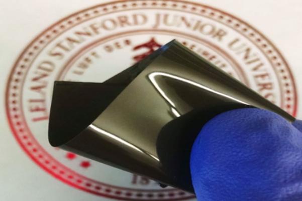 제난 바오 스탠퍼드대 교수팀이 개발한 배터리 온도 감지 센서. 얇은 폴리에틸렌 필름에 그래핀과 니켈 입자를 입혀 만들었다. - 스탠퍼드대 제공