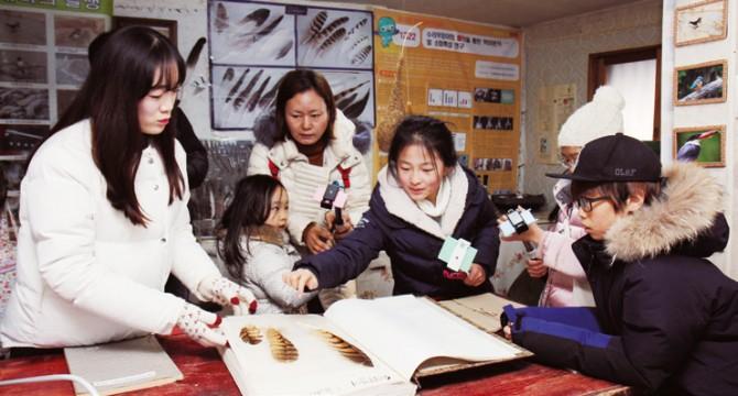 꾸룩새연구소의 전시물을 관찰하는 탐사대원들 - 어린이과학동아 제공