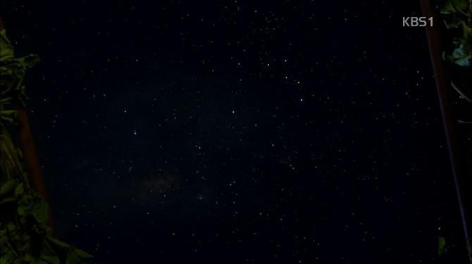 영실과 석구가 함께 본 밤하늘. 오른쪽 위의 카시오페이아 자리는 선명하게 보이지만 반대쪽에 있을 북두칠성은 거의 보이지 않는다. - KBS 제공