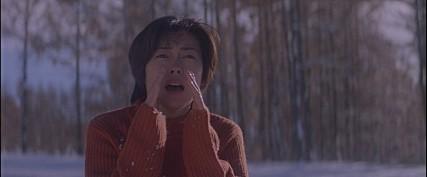 주인공 히로코(나카야마 미호)가 '오겡끼데쓰까?'를 외치는 영화 '러브레터'의 그 유명한 장면. - 네이버 영화 제공