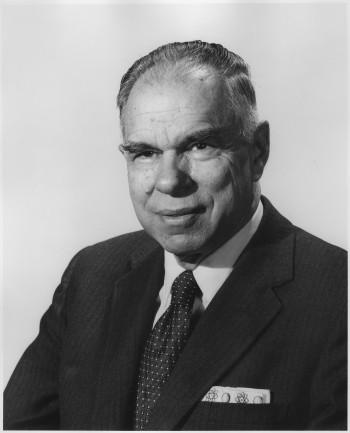 1951년 노벨화학상을 수상한 글렌 시보그 교수. 인공 원소