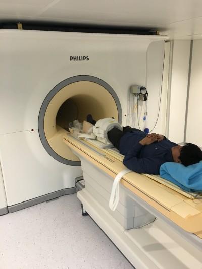 한국기초과학지원연구원이 최근 도입한 7T(테슬라) 자기공명영상(MRI) 장치에서 기자가 무릎 촬영을 준비하고 있다. 7T MRI는 국내에서 성능이 가장 뛰어나며, 한국기초과학지원연구원과 가천대 2곳에만 도입돼 있다.  - 한국기초과학지원연구원 제공