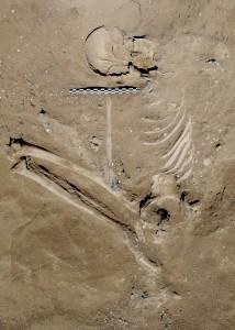 케냐 나타루크 지역에서 발굴된 한 남성의 유골. 목에 창이나 화살의 촉으로 추정되는 뾰족한 물체가 박혀 있다. - 네이처 제공