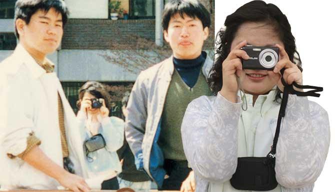 카메라를 들고 세련된 포즈로