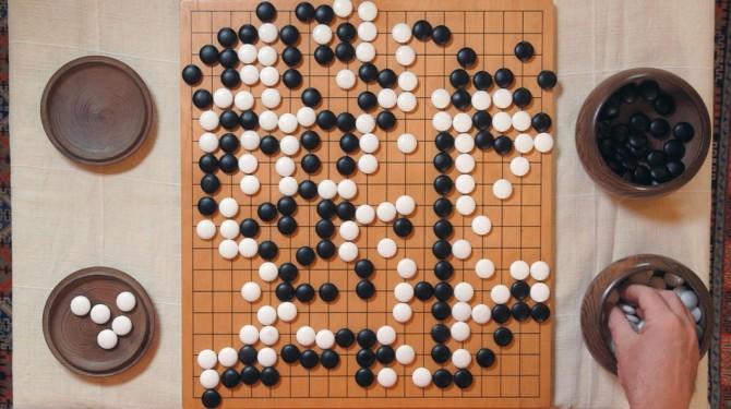 구글의 자회사 구글 딥마인드가 개발한 인공지능 바둑 프로그램 '알파고(AlphaGo)'(왼쪽)와 유럽 바둑 챔피언이자 중국의 프로 바둑기사 2단인 판 후이(오른쪽)가 맞바둑 대결을 하고 있다. - 네이처 제공