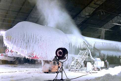 꽁꽁 얼어붙은 미군기, 혹한 테스트 눈길