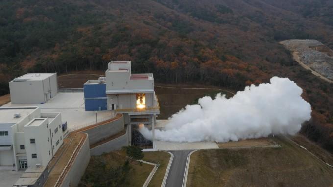 7t 엔진의 연소 시험을 헬리캠으로 찍은 모습.   - 한국항공우주연구원 제공