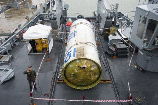 바닷속에서 수거한 은하 3호 발사체의 연료탱크 모습 - 국방부 제공