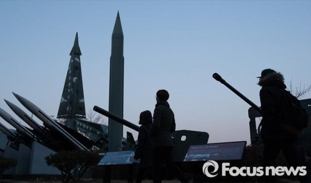 사진은 지난 5일 오후 시민들이 서울 용산구 전쟁기념관에 전시된 미사일 모형 앞을 지나가고 있는 모습. - 포커스뉴스 제공