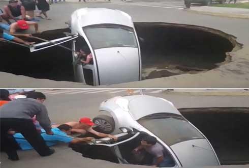 싱크홀에 빠진 차, 일가족을 시민들이 필사적으로 구조