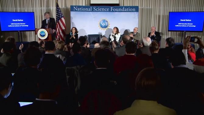 데이비드 라이츠(David reitze) 미국 라이고(LIGO) 실험 책임자(미국 캘리포니아공대 교수)가 12일(한국시간) 열린 기자회견에서 중력파를 찾았다고 발표하고 있다.  - 유튜브 영상 캡처 제공