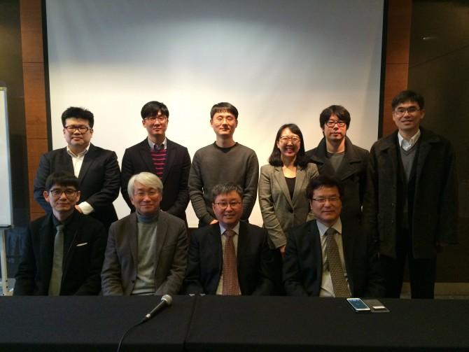 12일 국내 기자간담회를 마치고 한국중력파연구협력단이 포즈를 취했다. - 한국중력파연구협력단 제공