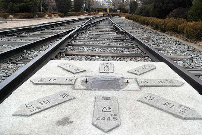 1972년 2월 15일 서울역에 건립한 것을 옮겨온 철도기점 표지석과 철도기점 레일 - 고기은 제공