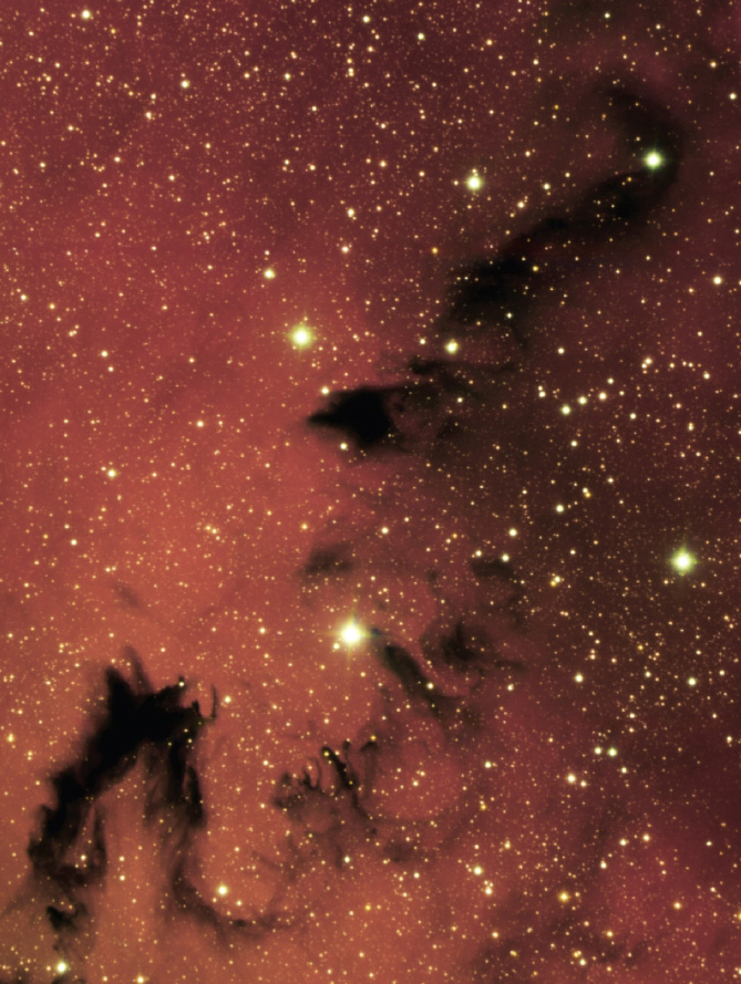 7광년 길이의 검은 용이 핏빛 은하수(미리내)에서 힘차게 헤엄치는 것처럼 보이는 NGC6559. 차가운 먼지와 수소가스. 그리고 주변 별빛의 합작품이다.
