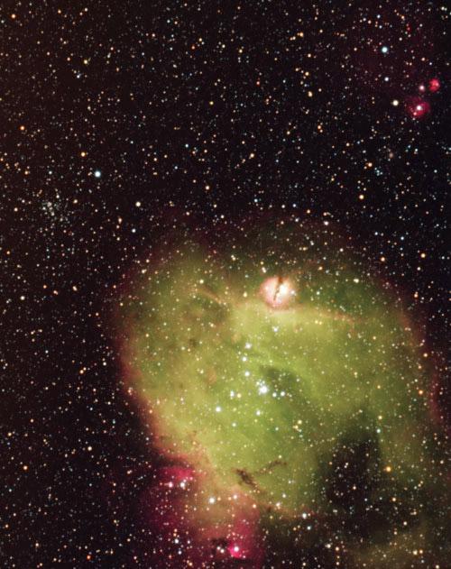 대마젤란은하에 있는 성운 N214C. 시커먼 우주에서 푸른 대지를 향해 나 있는 통로 처럼 보인다.