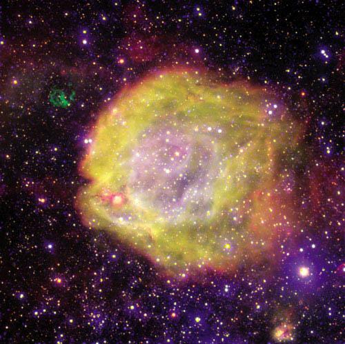 2003년 유럽남반구천문대(ESO)에서 공개한 소마젤란은하의 별 AB7 주변 성운. 성운에는 우주에서 가장 뜨거운 별 중 하나인 AB7이 숨어 있다.