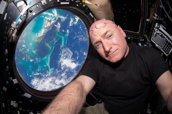 미국 우주인 스콧 켈리가 국제우주정거장에 머무르려 촬영한 사진 - 미국항공우주국 제공