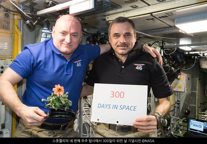 스캇이 300일 우주체류 기록을 받으며 기념사진을 촬영했다 - 미국항공우주국 제공
