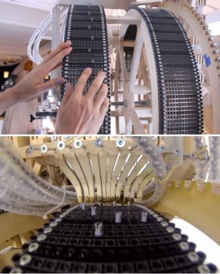 톱니바퀴를 따라 도는 벨트에서 어느 위치의 홈에 레고 부품을 꽂느냐에 따라 연주할 악기와 음정, 박자가 결정된다(위). 홈에 꽂힌 부품이 기계 중심부를 지날 때 해당 위치에 있는 레버를 건드리면서 구슬이 굴러갈 경로가 열리는 원리다(아래). - 유튜브 캡처 제공