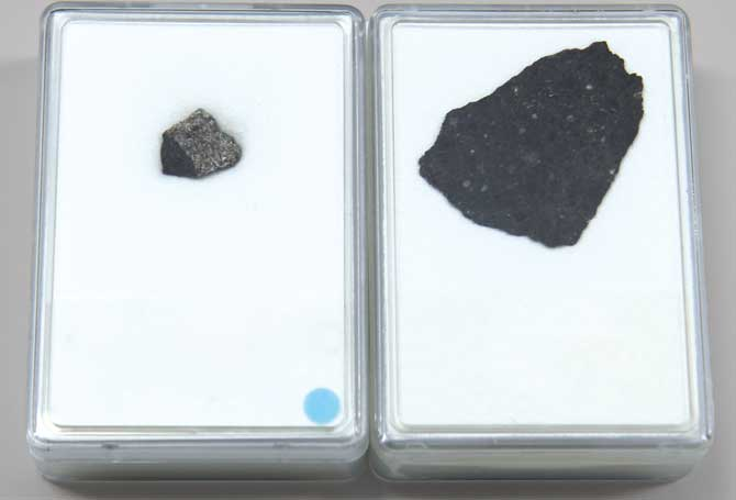 화성 운석(왼쪽)과 달 운석(오른쪽)의 모습. 소행성이 충돌할 때 떨어져 나온 조각이 우주공간을 떠돌다 지구 표면에 떨어진 것으로, 1g에 100만 원이 훌쩍 넘을 정도로 귀하다. - 현수랑 기자 hsr@donga.com 제공