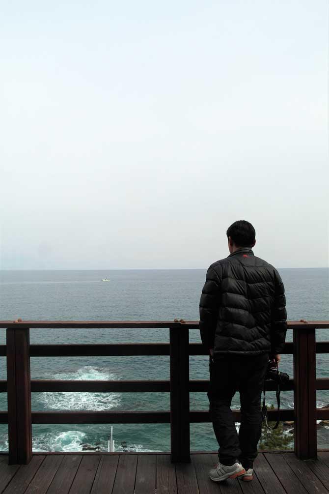 나보다 먼저 도착해 바다를 담고 있는 아빠 - 고기은 제공