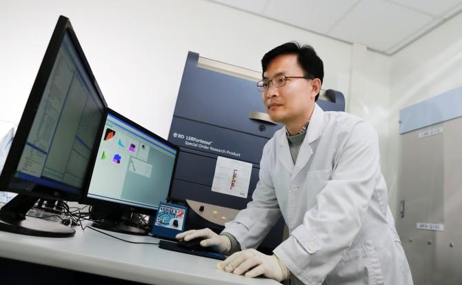 고명균 울산과학기술원(UNIST) 생명과학부 교수가 세포의 변화 양상을 관찰하고 있다. - UNIST 제공