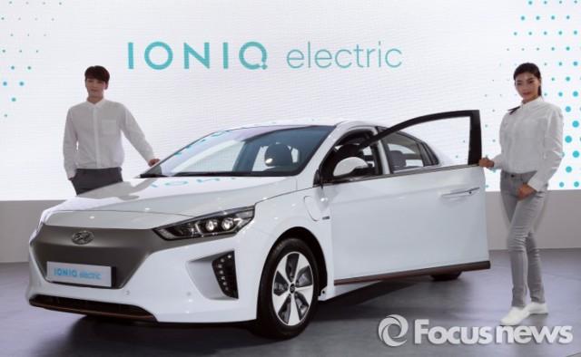 현대자동차가 18일 제주 국제 컨벤션 센터에서 열린 '2016 국제 전기 자동차 엑스포'에서 전기차 '아이오닉 일렉트릭(electric)'을 첫 공개했다. - 현대차, 포커스뉴스 제공