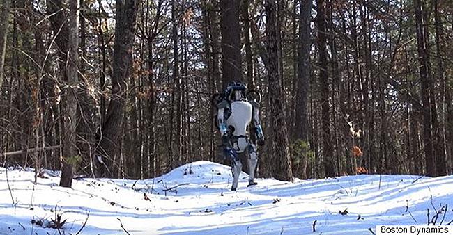 보스턴 다이내믹스가 개발한 두발로봇 '아틀라스'의 새로운 모델. 눈 덮힌 산길을 자유자재로 걸어다닐 만큼 운동성능이 뛰어나다. - 보스턴 다이내믹스 제공